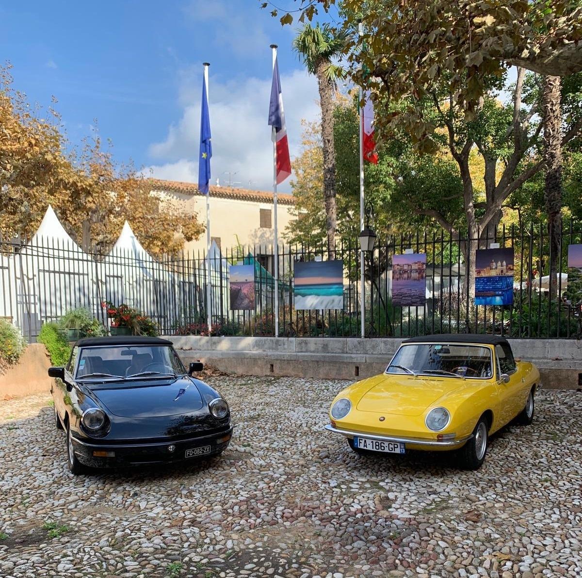 Voitures de LACC dans la cour de la mairie de Cassis